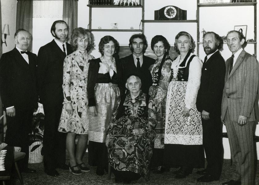 Gíslína Jónsdóttir (sitjandi) og þálifandi börn hennar 1968. Dóra er fjórða frá vinstri.
